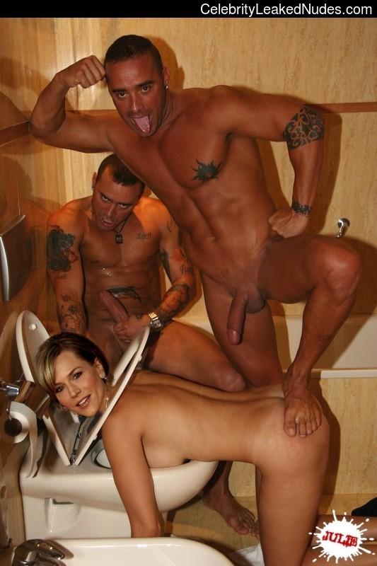 Julie Clay  nackt